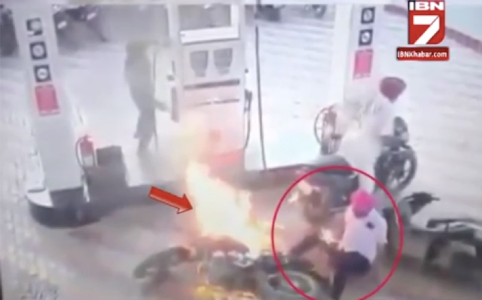 Motorcycle Catches Fire at Petrol Pump02
